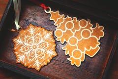 Juguetes decorativos hermosos en el árbol de navidad Fotos de archivo libres de regalías