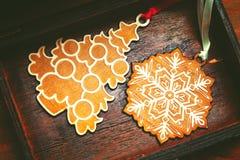 Juguetes decorativos hermosos en el árbol de navidad Fotografía de archivo libre de regalías