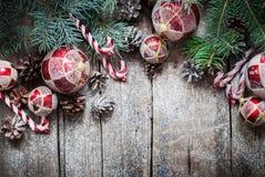 Juguetes del árbol de abeto del vintage de la Navidad, bolas rojas, coníferas, bastón de caramelo Imagen de archivo libre de regalías