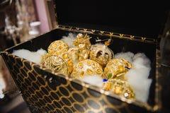 Juguetes del árbol de navidad del oro en caja Imagenes de archivo