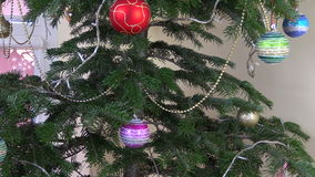 Juguetes del árbol de navidad y luces blancas que centellean almacen de video