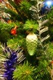 Juguetes del Año Nuevo en el árbol de navidad Fotografía de archivo