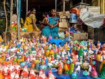 Juguetes del Año Nuevo y de la Navidad en el mercado del steet en Pondicherry, la India Imagen de archivo libre de regalías