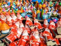 Juguetes del Año Nuevo y de la Navidad en el mercado del steet en Pondicherry, la India Fotos de archivo