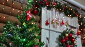 Juguetes del Año Nuevo y del sitio del árbol interior de los regalos de la Navidad que centellan luces y la chimenea Fotos de archivo libres de regalías