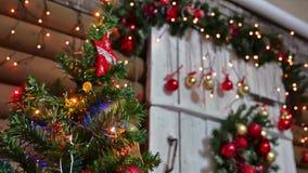 Juguetes del Año Nuevo y del sitio del árbol interior de los regalos de la Navidad que centellan luces y la chimenea Imagen de archivo