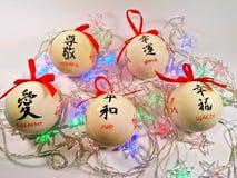 Juguetes del abeto y guirnalda de la Navidad Foto de archivo libre de regalías