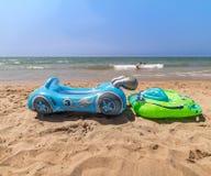 Juguetes del agua para los niños en una playa hermosa sin gente foto de archivo libre de regalías