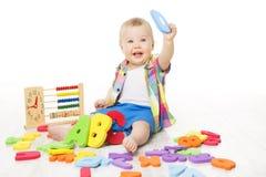 Juguetes del alfabeto y de la matemáticas del bebé, niño que juega las letras de ABC del ábaco Fotos de archivo libres de regalías