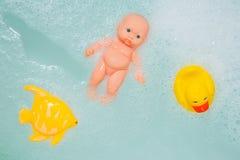 Juguetes del baño en las burbujas blancas de la espuma Imágenes de archivo libres de regalías