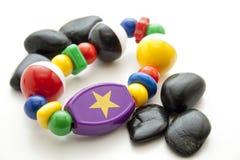 Juguetes del bebé con las piedras negras Fotos de archivo