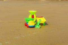 Juguetes del bebé en la arena de la playa Fotografía de archivo libre de regalías