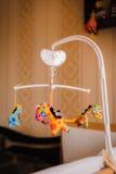 Juguetes del bebé para recién nacido en dormitorio Imagen de archivo libre de regalías