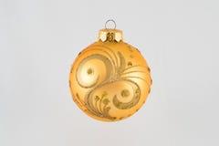 Juguetes del día de fiesta de la Navidad en el árbol de navidad Fotos de archivo libres de regalías