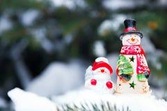 Juguetes del muñeco de nieve en una picea Fotografía de archivo libre de regalías