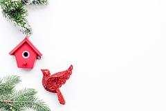 Juguetes del pájaro para adornar el árbol de navidad para la celebración del Año Nuevo con las ramas de árbol de la piel en la ma Fotos de archivo libres de regalías