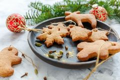 Juguetes del pan de jengibre para el árbol de navidad Fotos de archivo