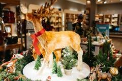 Juguetes del reno y decoración de la Navidad en la exhibición en Villeroy y Foto de archivo