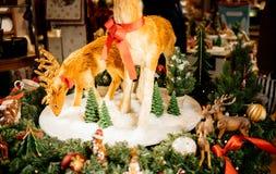 Juguetes del reno y decoración de la Navidad en la exhibición en Villeroy y Fotos de archivo