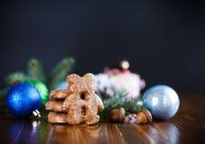 Juguetes del ` s del Año Nuevo con el pan de jengibre Fotografía de archivo