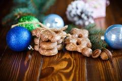Juguetes del ` s del Año Nuevo con el pan de jengibre Fotos de archivo libres de regalías