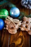 Juguetes del ` s del Año Nuevo con el pan de jengibre Imagen de archivo