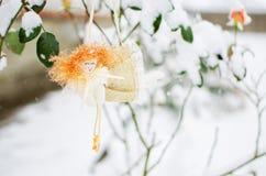 Juguetes del ` s del Año Nuevo y nieve blanca Imagen de archivo
