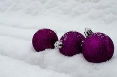 Juguetes del ` s del Año Nuevo y nieve blanca Foto de archivo libre de regalías