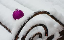 Juguetes del ` s del Año Nuevo y nieve blanca Fotos de archivo libres de regalías