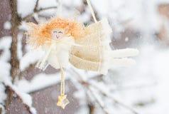 Juguetes del ` s del Año Nuevo y nieve blanca Fotos de archivo