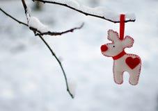 Juguetes del ` s del Año Nuevo y nieve blanca Fotografía de archivo libre de regalías