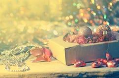 Juguetes del vintage de la Navidad en caja vieja Concepto de las vacaciones de invierno Imagen de archivo
