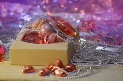 Juguetes del vintage de la Navidad en caja vieja Concepto de las vacaciones de invierno Foto de archivo