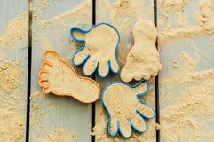 Juguetes divertidos de la playa en la arena Fotografía de archivo libre de regalías