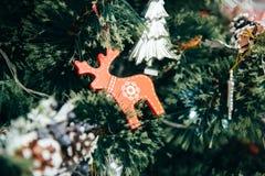 Juguetes en el árbol de navidad Fotos de archivo libres de regalías