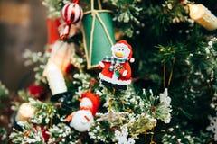 Juguetes en el árbol de navidad Imagenes de archivo