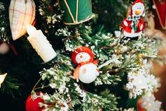 Juguetes en el árbol de navidad Imagen de archivo libre de regalías