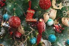 Juguetes en el árbol de navidad Foto de archivo libre de regalías