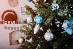 Juguetes en el árbol del Año Nuevo en el sitio blanco Vacaciones de invierno felices concentradas Fotos de archivo