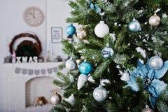 Juguetes en el árbol del Año Nuevo en el sitio blanco Vacaciones de invierno felices concentradas Fotografía de archivo