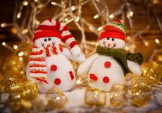 Juguetes en fondo brillante de las guirnaldas Feliz Navidad y Feliz Año Nuevo Texto de madera Foto de archivo