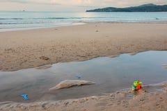 Juguetes en la playa foto de archivo libre de regalías