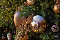 Juguetes en un árbol de navidad en la nieve fotografía de archivo