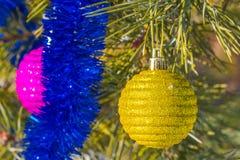 juguetes en un árbol de pino Fotos de archivo libres de regalías