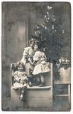 Juguetes felices del vintage de los regalos del árbol de navidad de los niños fotografía de archivo
