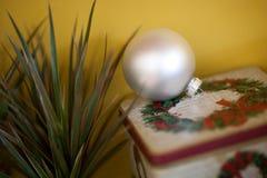 Juguetes formados bola del árbol de navidad Fotos de archivo libres de regalías