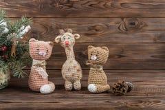 Juguetes gato, jirafa y ciervos de Kraft del ganchillo Juguetes de la Navidad imágenes de archivo libres de regalías