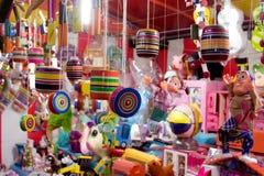 Juguetes handcrafted mexicanos en la feria fotografía de archivo