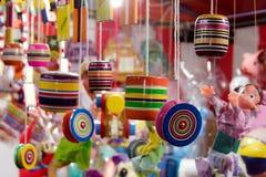 Juguetes handcrafted mexicanos en los 2 justos imágenes de archivo libres de regalías