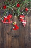 Juguetes hechos a mano de la materia textil de la decoración de la Navidad Styl retro nostálgico fotografía de archivo